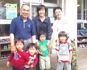 尊敬する、木更津社会館保育園の宮崎栄樹園長先生、安倍昭恵さん、園児たちと(2012年6月)
